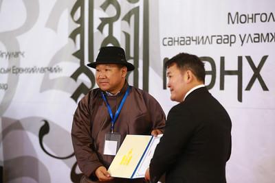 """2018 оны арваннэгдүгээр сарын 05. Их эзэн Чингис хааны мэндэлсэн Монгол бахархлын өдөрт зориулан уламжлал болгон зохиож буй """"Мөнх тэнгэрийн бичиг-2018"""" монгол уран бичлэгийн олон улсын үзэсгэлэнгийн нээлт боллоо. ГЭРЭЛ ЗУРГИЙГ Б.БЯМБА-ОЧИР/MPA"""