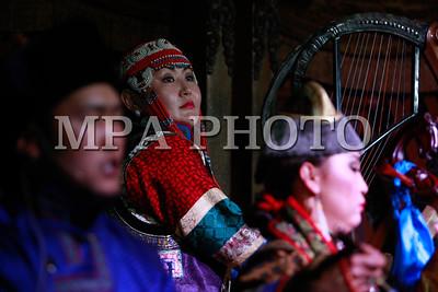 """2016 оны долдоодугаар сарын 01.  Чойжин ламын сүм музей нь Соёлын биет болон биет бус өвийг дотоод, гадаадын үзэгчдэд сурталчлан таниулах үйлсийг музейн ажилтай уялдуулан зохион байгуулах зорилгоор """"Монгол угсаатны хөгжмийн товчоо"""" ТББ-тай хамтран """"Домогт нүүдэлчдийн дуу хуурын асар өргөө""""-г байгууллаа.  Тус өргөөнд Алтай ятга судлаач, хөгжмийн зохиолч Д.Ганпүрэв, ятгач Ч.Мөнх-Эрдэнэ болон язгуур урлагийн """"Алтай"""" хамтлагийн уран бүтээлчид """"Домогт нүүдэлчид"""" урлаг, уран сайхны үзүүлбэрийг өнөөдрөөс эхлэн толилуулна.  Тоглолтын тасалбарын үнэ 25000 төгрөг бөгөөд үүнд музей үзэх үнэ багтжээ. Тоглолтыг ирэх 10 дугаар сарын 15-ныг хүртэлх хугацаанд өдөр бүр 2 удаа тоглох юм. ГЭРЭЛ ЗУРГИЙГ Б.БЯМБА-ОЧИР"""