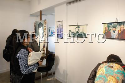 """2017 оны дөрөвдүгээр сарын 12. Олон улсын сэтгүүлч, Дэлхийг дугуйгаар тойрсон Таван хуруу багийн ахлагч Ганболдын Жаргалсайхан агсаны гэгээн дурсгалд зориулсан """"Парик Жагаа"""" гэрэл зургийн үзэсгэлэнгийн нээлт Ub Art Gallery-d боллоо. Үзэсгэлэн энэ сарын 14-ныг дуустал үргэлжилнэ.ГЭРЭЛ ЗУРГИЙГ Г.БАЗАРРАГЧАА. /МРА"""