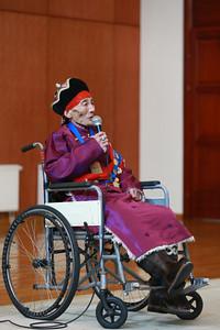 """2019 оны нэгдүгээр сарын 30. Монгол Улсын Засгийн газраас 2018 онд """"Соёлын биет бус өвийг үндэсний болон дэлхийн хэмжээнд сурталчлан алдаршуулах, түгээн дэлгэрүүлэхэд онцгой хувь нэмэр оруулсан өвлөн уламжлагчид мөнгөн шагнал олгох журам""""-ыг баталсан. 21 аймаг, нийслэлийн Засаг даргын тодорхойлолтоор нийт улсын хэмжээний нэр дэвшигчдийн баримт бичгийг хүлээн авч, журмын дагуу сонгон шалгаруулалтыг зохион байгуулж, Өвөрхангай аймгийн Өлзийт сумын харьяат уртын дууч Доржийн Дуламыг тодруулсан байна.  Өвлөн уламжлагч, уртын дууч Доржийн Дуламд шороон нохой жилийн өвлийн сүүл сарын шинийн 25-ны билигт сайн өдөр Монгол Улсын Ерөнхий сайд У.Хүрэлсүх шагналыг нь гардуулан өглөө. Шагнал гардуулах ёслолын үеэр, Монгол Улсын Ерөнхий сайд У.Хүрэлсүх,  -Монгол УлсЮНЕСКО-гоос 2003 онд баталсан """"Соёлын биет бус өвийг хамгаалах тухай"""" конвенцид 2005 онд нэгдэн орж, үндэснийхээ соёлын биет бус өвийг ЮНЕСКО-д бүртгүүлж, хадгалж, хамгаалах үйл ажиллагааг эрчимтэй зохион байгуулсаар ирсэн. """"Уртын дуу"""" соёлын биет бус өвөө 2009 онд ЮНЕСКО-гийн """"Яаралтай хамгаалах шаардлагатай соёлын биет бус өвийн жагсаалт""""-д бүртгүүлсэн гэдгийг тэмдэглэлээ.    Энэхүү гайхалтай өв соёлыг өвлөн уламжилж, ард түмэндээ хүндлэгдэн дээдлэгдсэн азай буурал Таны цаашдын уран бүтээлд, мөн хойч үеэ сурган хүмүүжүүлэх ариун үйлсэд тань өндрөөс өндөр амжилт хүсч, эрүүл энх, урт удаан наслан, уртын сайхан дуугаараа ард түмнийхэ сэтгэл оюуныг цэнгүүлж, өв соёлоо түгээн дэлгэрүүлж явахыг хүсэн ерөөе гэлээ.  Мөн энэхүү арга хэмжээг цаашид жил бүр уламжлал болгон зохион байгуулж, шилдэг өвлөн уламжлагчдыг Засгийн газраас дэмжиж ажиллана гэдгээ илэрхийллээ.  Энэ жил анх удаа Монгол Улс шилдгийн шилдэг нэг өвлөн уламжлагчийг тодруулан алдаршуулж, 30,0 сая төгрөгөөр шагнан урамшуулж байна.   -Их баярлаж байна, ийм сайхан үйл явдал болдог юм аа, бас. Уртын дуугаа үр хүүхэд, хойч үедээ чадлынхаа хэрээр сургаж өвлүүлнэ гэж бодож байна. Хүүхдүүд уртын дуунд жаахан сонирхол муутай байдаг юм. Төр өв соёлоо ингэж дээдэлж, хүндэ"""