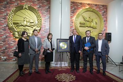 """2019 оны арваннэгдүгээр сарын 25. Хөгжмийн зохиолч, """"Чингис хаан"""" одонт, Хөдөлмөрийн баатар Б.Шарав агсны """"Алтан пянз""""-ыг Төрийн түүхийн музейд хадгалуулахаар хүлээлгэн өгөх ёслол  боллоо.   ГЭРЭЛ ЗУРГИЙГ Б.БЯМБА-ОЧИР/MPA"""