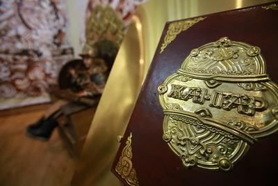 """2019 оны арваннэгдүгээр сарын 18. """"Монгол ардын Жангар баатарлаг тууль""""-г номын сангуудад бэлэглэх ёслол боллоо. ГЭРЭЛ ЗУРГИЙГ Г.ӨНӨБОЛД/MPA"""