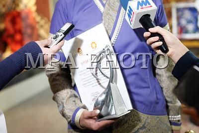 """2018 оны нэгдүгээр сарын 30. """"Гайхамшигт өв соёл-Монгол уран хатгамал"""" үзэсгэлэнгийн шилдгүүдэд """"Хаан бүтээл"""", """"Хатан бүтээл""""-ийн цом, өргөмжлөл, мөнгөн шагнал гардууллаа . ГЭРЭЛ ЗУРГИЙГ Г.ӨНӨБОЛД /МРА"""