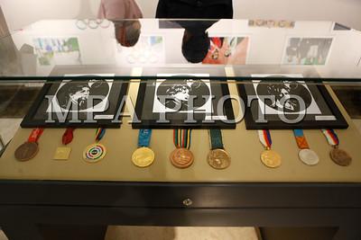 """2017 оны есдүгээр сарын 16. """"Барселона-1992"""" зуны олимпийн XXV наадмаас буудлагын төрлөөр хүрэл медаль хүртсэний 25, Монголын эмэгтэй тамирчин анх удаа олимпийн медальтан болсны 25 жилийн ойд зориулсан гэрэл зургийн үзэсгэлэн өнөөдөр """"Blue moon"""" үзэсгэлэнгийн танхимд нээгдлээ. ГЭРЭЛ ЗУРГИЙГ Г.БАЗАРРАГЧАА/MPA"""