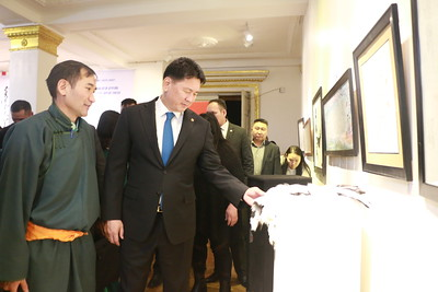 """2019 оны нэгдүгээр сарын 07. Монголын Үндсэний мэдээллийн МОНЦАМЭ агентлагаас эрхлэн гаргадаг """"Хүмүн бичиг"""" сонин """"Монголын сайхан бичигтэн"""" улсын уралдааныг 22 дахь жилдээ зохион байгуулж, дүнгээ гаргажээ.  """"Монголын сайхан бичигтэн-2018"""" улсын уралдааны шилдэг бүтээлийн үзэсгэлэн нээх, шагнал гардуулах ёслолд Монгол Улсын Ерөнхий сайд У.Хүрэлсүх оролцон, шилдэг бүтээлийн эздэд шагнал гардууж үг хэллээ.    Тэрбээр """"Улс орны маань тусгаар тогтнолын үндэс нь хүн ард, бичиг соёл, хил хязгаар юм. Үндэсний соёлоо өвлөн авч, улс орныхоо түүх соёлыг уншин судалж, бахархах нь монголчууд бидний эрхэм үүрэг юм.  Тийм ч учраас ийм сайхан арга хэмжээ зохион байгуулж байгаа МОНЦАМЭ агентлаг, """"Хүмүн бичиг"""" сонины хамт олонд, хамтран ажилласан байгууллагынханд, арга хэмжээнд оролцсон эрдэмтэн багш, суралцагчид, азай буурлууддаа талархал илэрхийлье"""" гэлээ.     Мөн Монгол сайхан бичиг соёлоо дэлгэрүүлэх, олон түмний хүртээл болгоход Монгол Улсын Засгийн газар, Ерөнхий сайд миний бие бүх талаар тусалж дэмжиж хамтран ажиллах болно гэлээ.    Монголын сайхан бичигтэн улсын уралдаан нь 12 дугаар ангийн дөрвөн сурагчид МУИС, МУБИС-д дөрвөн жил үнэ төлбөргүй суралцах эрх олгодог, уралдааны бусад ангиллын зургаан шилдэг оролцогчийг гадаадад аялах эрхээр урамшуулдаг, шагналын сан өндөртэй гэдгийг МОНЦАМЭ агентлагийн захирал Б.Ганчимэг тэмдэглэж байлаа.  Уралдаанд оролцогчдын хамрах хүрээ, ур чадвар жилээс жилд нэмэгдэж чанаржиж байна. Үүнийг оролцогчдын бүтээлээс дээжилсэн үзэсгэлэнгээс мэдэрнэ. Энэ хэрээр үндэсний бичиг соёл маань улам өргөн хүрээнд тархан дэлгэрч байгаа болно. Үүнд МОНЦАМЭ агентлагаас 27 дахь жилдээ эрхлэн гаргаж буй """"Хүмүн бичиг"""" сонин ихээхэн үүрэг оролцоотой байсан, цаашид ч байх болно гэдгийг тэрбээр онцоллоо. """"Монголын сайхан бичигтэн-2018"""" улсын уралдаанд нийт 3000 орчим оролцогч бичвэр, бүтээлээ ирүүлжээ гэж Засгийн газрын Хэвлэл мэдээлэл, олон нийттэй харилцах хэлтсээс мэдээллээ. ГЭРЭЛ ЗУРГИЙГ MPA"""