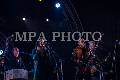 """2019 оны тавдугаар сарын 24.  """"The Hu"""" хамтлаг Европын орнуудад хийх аялан тоглолтынхоо өмнө """"Гэрэг"""" хэмээх бие даасан анхны тоглолтоо хийлээ.  Монголын метал рок хөгжмийн """"The Hu"""" хамтлагийн """"Wolf Totem"""" дуу Биллбордын """"Hot Rock Songs"""" жагсаалтад анх удаа багтаж, 22 дугаарт эрэмбэлэгджээ.  Монголын уламжлалт хөгжмийг уран бүтээлдээ ашигладаг тус хамтлаг 2016 онд байгуулагдсан бөгөөд одоогоор хоёр дуу гаргаад байна. """"Wolf Totem"""" дууны видео Фэйсбүүк сүлжээнд хүчтэй тарсны үр дүнд Биллбордын """"Hard Rock Digital Song Sales"""" буюу хард рок дууны дижитал борлуулалтын жагсаалтыг тэргүүлжээ. ГЭРЭЛ ЗУРГИЙГ Б.БЯМБА-ОЧИР/MPA"""