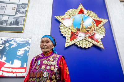 """2020 оны аравдугаар сарын 6. Холбооны """"Россотрудничество"""" агентлагийн Монгол Улс дахь Төлөөлөгчийн газар, Оросын шинжлэх ухаан соёлын төвд Дундговь аймгийн Сайхан-Овоо сумын уугуул, өдгөө 98 настай, Монгол Улсын иргэн Сүрэнхорлоогийн Цэгмидийг Оросын Холбооны Улсын төрийн дээд шагнал """"Бүх ард түмнүүдийн найрамдлын одон""""-гоор шагнах ёслол өнөөдөр боллоо. Шагналыг ОХУ-аас Монгол Улсад суугаа Онц бөгөөд Бүрэн Эрхт элчин сайд Азизов И.К. гардуулсан юм.  Дэлхийн II дайны үед Эх орноо төлөөлөн Монголын ард түмний бэлэглэлийг фронтод, Зөвлөлтийн ард түмэн, Улаан армид хүргэлцэж явсан """"Фронт"""" С.Цэгмидийг Ялалтын баярын 75 жилийн түүхт ойг тохиолдуулан ОХУ-ын Ерөнхийлөгч Владимир Путин """"Ард түмнүүдийн хоорондын найрамдал, хамтын ажиллагаа, харилцан ойлголцлыг бэхжүүлэхэд онцгой үүрэг гүйцэтгэснийг үнэлж, Төрийн дээд шагнал """"Бүх ард түмнүүдийн найрамдлын одон""""-гоор шагнах"""" зарлигийг 2020 оны тавдугаар сарын 06-ны өдөр гаргасан байдаг.  Гэвч цар тахлын хөл хорио, хоёр улс хоорондын хил хаалттайн улмаас төрийн дээд шагналыг Монгол Улс уруу авчрах боломжгүй байсан юм.  """"Бүх ард түмнүүдийн найрамдлын одон""""-г ОХУ-ын иргэд, мөн гадаад улс орны иргэдэд Энх тайван, найрамдал, хамтын ажиллагаа, ард түмнүүдийн хоорондын харилцан ойлголцлыг бэхжүүлэхэд онцгой үүрэг гүйцэтгэснийг үнэлж гардуулдаг.  ОХУ-ын төрийн дээд шагнал энэхүү одонг нийт 1,212 хүнд гардуулсан бол дэлхийн 13 орноос (ТУХН-ийг эс тооцвол) гадаадын 40 иргэн энэ одонгоор шагнагджээ.   ГЭРЭЛ ЗУРГИЙГ Б.БЯМБА-ОЧИР/MPA"""
