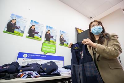 2021 оны наймдугаар сарын 16. Сурагчид өөрсдийн багадсан эсвэл өмсөх шаардлагагүй дүрэмт хувцсыг хүнд нөхцөлд амьдарч байгаа бусад сурагчдад хандивлаж байна. ГЭРЭЛ ЗУРГИЙГ Б.БЯМБА-ОЧИР/MPA