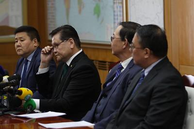 """2019 оны дөрөвдүгээр сарын 05.Монгол Улсын Шадар сайд Ө.Энхтүвшин, """"Эрдэнэт үйлдвэр"""" ТӨҮГ-ын Ерөнхий захирал Х.Бадамсүрэн нар Стандарт банканд төлөх 115 сая ам.долларын асуудлаар мэдээлэл хийлээ. ГЭРЭЛ ЗУРГИЙГ MPA"""