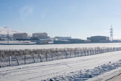 """2020 оны арванхоёрдугаар сарын 8. Нийслэлчүүдийг шахмал түлшээр 100 хувь хангах зүүн бүсийн сайжруулсан шахмал түлшний үйлдвэр өнөөдөр Налайх дүүрэгт ашиглалтад орлоо. Зүүн бүсийн үйлдвэрийн нээлтийн үйл ажиллагаанд Монгол Улсын Ерөнхий сайд У.Хүрэлсүх, Байгаль орчин, аялал жуулчлалын сайд Д.Сарангэрэл, Нийслэлийн Засаг дарга бөгөөд Улаанбаатар хотын захирагч Д.Сумъяабазар болон бусад албаны хүмүүс оролцов.   Үндсэн үйлдвэрүүд нь нэг  цагт 180 тонн сайжруулсан шахмал түлш үйлдвэрлэх хүчин чадалтай Энэхүү бүтээн байгуулалтын хүрээнд дотоодын 57 аж ахуй нэгжийн 2,000 орчим хүнийг ажлын байраар хангаж  байна.  Зүүн бүсийн үйлдвэр нь нийт найман шугамаар сайжруулсан шахмал түлш үйлдвэрлэх юм. Тус үйлдвэрт БНСУ-ын сүүлийн үеийн дэвшилтэт технологи бүхий үйлдвэрлэлийн шугамыг нэвтрүүлжээ.  Зүүн бүсийн үндсэн үйлдвэрүүд нь нэг  цагт 180 тонн сайжруулсан шахмал түлш үйлдвэрлэх хүчин чадалтай юм.   Тус үйлдвэрийн нээлтийн үеэр  Нийслэлийн Засаг дарга бөгөөд Улаанбаатар хотын захирагч Д.Сумъяабазар  Улаанбаатар хотын утааны асуудлыг шийдвэрлэхэд  Тавантолгой түлш ХХК-ийн нийт ажилтан, албан хаагчдын хүч, оролцоо өндөр байсныг онцлов. Мөн Засгийн газрын оновчтой бодлого, зөв шийдвэрийн дагуу сайжруулсан шахмал түлшний үйлдвэрүүдийг байгуулж, олон мянган хүнийг ажлын байраар хангасан нь сайшаалтай юм. """"Таван толгой түлш"""" ХХК-ийн зүүн бүсийн үйлдвэр ашиглалтад орсноор нийслэлийн 220,000 өрхийг сайжруулсан шахмал түлшээр тасралтгүй  хангах боломж бүрдсэнд талархаж байна гэлээ.    Баян зөрлөгөөс салбарласан ачилт, буулгалт хийх сэлгээний гурван эгнээ 4.2 км төмөр замыг суурилуулсан Шинээр ашиглалтад орсон зүүн бүсийн үйлдвэрийн хүчин чадлын талаар  Таван толгой түлш ХХК- гүйцэтгэх захирал М.Ганбаатар """"Зүүн бүсийн үйлдвэр ашиглалтад орсноор нийслэлчүүдийн түлшний хангамжийн асуудал бүрэн шийдэгдэнэ. Мөн бүтээн байгуулалтын хүрээнд 15 гаруй барилга, байгууламж уг үйлдвэрийг түшиглэн баригдсан байна.  Түүнчлэн төв замтай холбосон дайрган зам тавьж ашиглалтад орууллаа.  Мөн түүхий эди"""