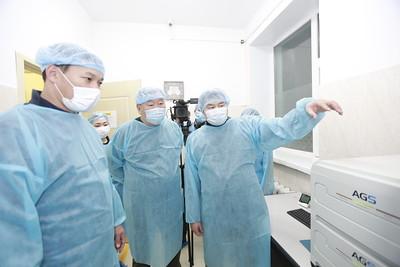 """2020 оны арваннэгдүгээр сарын 7. Эмнэлгийн тусламж, үйлчилгээг орон нутагт сайжруулах, Ковид-19 цар тахлын үед эмч, мэргэжилтнүүдийг халдвар хамгаалал, ажиллах орчинг сайжруулах, Алтанбулаг боомтод үүсээд буй асуудлыг шийдвэрлэх зорилгоор Эрүүл мэндийн сайд Т.Мөнхсайхан, ДЭМБ-ын суурин төлөөлөгч Сергей Диордица болон холбогдох албаныхан Сэлэнгэ аймагт ажиллалаа.  Arslan.mn  ЗӨСҮТ-д халдвар хамгааллыг сайжруулах зорилгоор Био аюулгүй байдлыг гуравдугаар зэрэглэлийн лабораторыг байршууллаа  Ковид-19 цар тахлын эрсдэл нэмэгдэж буй энэ цаг үед УОК болон ЭМЯ-аас хилийн боомтуудад ихээхэн анхаарлаа хандуулан ажиллаж байгаа билээ. ЭМЯ-аас халдварын эрсдэл өндөр Цагааннуур, Боршоо боомтуудыг түр хугацаанд хаах саналыг УОК-д хүргүүлсэн. Улмаар УОК-оос дээрх боомтуудыг түр хугацаанд хааж, халдвар хамгааллыг өндөржүүлээд байна. Энэ удаад эрсдэл хамгийн өндөр, асуудал үүсээд буй Сэлэнгэ аймгийн Алтанбулаг боомтод онцгой комиссын өргөтгөсөн хуралдаан боллоо. Хуралдаанд УОК-ын гишүүд болох ЗТХ-ийн сайд Л.Халтар, Эрүүл мэндийн сайд Т.Мөнхсайхан, ЦЕГ-ын Дэд дарга Ж.Амгалан, МХЕГ-ын дэд дарга Энхсайхан, Сэлэнгэ аймгийн онцгой комиссын гишүүд болон ДЭМБ-ын суурин төлөөлөгч, ЭМЯ-ны удирдлагууд, МХАҮТ-ын төлөөлөл болон холбогдох албаныхан оролцлоо.   Arslan.mn  Өргөтгөсөн хуралдаанаар Эрүүл мэндийн сайд Т.Мөнхсайхан """"ОХУ-ын Засгийн газрын буцалтгүй тусламжаар манай улсад хамгийн өндөр зэрэглэлийн гэгддэг явуулын гуравдугаар зэрэглэлийн лабораторыг илгээсэн. Тус явуулын лаборатор нь камаз авто машинд суурилагдсан, иж бүрэн тоноглогдсон  бөгөөд өнөөдөр ЗӨСҮТ-д хүлээлгэн өглөө. Тус явуулын лаборатор нь  Алтанбулагийн боомтод байршиж ажиллана. Ингэснээр алслагдасан хил залгаа боомтуудад тандалтын судалгаа, шинжилгээ хийх боломж бүрдэж байгаа юм. Одоо дэлхий нийтэд цар тахлын хоёр дахь давлагаа эрчимтэй тархаж, улмаар манай хөрш ОХУ-ын Хиагт, Наушки зэрэг суурингуудад батлагдсан тохиолдол нэмэгдэж байгаа нь ийнхүү нөхцөл байдлыг өөрчлөхөд хүргээд байна. Сүүлийн 10 хоногт 9 ачаа тээврийн жол"""