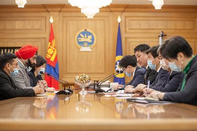 """2021 оны нэгдүгээр  сарын 19. Монгол Улсын Ерөнхий сайд У.Хүрэлсүхээс БНЭУ-ын Ерөнхий Сайд Нарендра Модид албан ёсны захидал илгээсний хариуд Монгол Улсад суугаа элчин сайд М.П.Сингх Ерөнхий сайд У.Хүрэлсүхэд бараалхаж, Ерөнхий Сайд Нарендра Модигийн хариу захидлыг танилцууллаа.  Энэтхэг Улсын Ерөнхий сайд Нарендра Моди Энэтхэг Улсын хөнгөлөлттэй зээлийн хүрээнд хэрэгжүүлж буй газрын тос боловсруулах үйлдвэрийн төсөл амжилттай урагшилж буйд онцгойлон баяртай байгаагаа илэрхийлж, Монгол Улсад """"Ковид-19""""  цар тахлын эсрэг вакциныг нийлүүлэхээр шийдвлэрлэснийг хэллээ. Вакциныг нийлүүлэх хүрээнд хоёр тал бүх бэлтгэлээ хангаж, өнөөдрөөс буюу 2020 оны 1-р сарын 19-нөөс эхлэн 150 эмчийг онлайн сургалтад хамруулаад эхэлснийг онцоллоо. Тээвэрлэлт, хадгалалт, вакцинжуулах дэд бүтэцийн ажлууд бэлэн болсон тухай хэлэв.  Ерөнхий сайд У.Хүрэлсүх хэлэхдээ Монгол Улсын стратегийн түнш бөгөөд гуравдагч хөрш Энэтхэг Улсын зүгээс ийнхүү дэмжлэг үзүүлэхээр шийдвэрлэсэнд чин сэтгэлийн талархал илэрхийлж байна гэв.  Талууд вакцины тоо ширхэг болон нийлүүлэх хуваарийг дипломат шугамаар тохирохоор болов. Түүнчлэн Энэтхэгийн Засгийн газрын 1.23 тэрбум ам.долларын хөнгөлөлттэй зээлийн хүрээнд хэрэгжүүлж буй Газрын тос боловсруулах үйлдвэрийн төслийг амжилттай хэрэгжүүлэхээ илэрхийллээ.    ГЭРЭЛ ЗУРГИЙГ Б.БЯМБА-ОЧИР/MPA"""