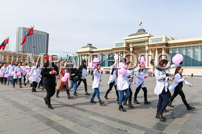 """2019 оны гуравдугаар сарын 08. """"Хөөрхөн зүрхнүүдийн аян ТББ""""-аас эмэгтэйчүүдийн эрхийг хамгаалах өдрийг тохиолдуулан """"Нэг тэрбумаараа тэмцье"""" олон улсын эсэргүүцлийн арга хэмжээг долоо дахь жилдээ амжилттай зохион байгууллаа.  Энэхүү жагсаалыг тус байгууллага хүний эрхийн чиглэлээр үйл ажиллагаа явуулдаг бусад байгууллагуудтай хамтран зохион байгуулж буй юм.  ГЭРЭЛ ЗУРГИЙГ Б.БЯМБА-ОЧИР/MPA"""