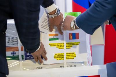 2021 оны хоёрдугаар сарын 22. БНЭУ-ын Мумбай хотоос Их Британийн Оксфордын их сургуулийн бүтээсэн AstraZeneca вакциныг МИАТ-ийн агаарын хөлгөөр өнөөдөр авчирсан юм.  Үүний дараа вакцины дээжийг Шадар сайд, УОК-ын дарга С.Амарсайханд хүлээлгэн өглөө.  БНЭУ-аас Монгол Улсад суугаа Элчин сайд М.П.Сингх, ЭМ-ийн сайд С.Энхболд болон ЭМЯ, ГХЯ-ны төлөөлөл тус үйл ажиллагаанд оролцов.  Эхний ээлжийн 150 мянган хүн тун AstraZeneca вакциныг манай улсад буцалтгүй тусламжаар өгч буйг Элчин сайд М.П.Сингх мэдэгдлээ.  Коронавирусийн эсрэг дархлаажуулалт маргааш эхлэх бөгөөд анхны тунг Ерөнхий сайд Л.Оюун-Эрдэнэ хийлгэх бол бусад тунгаар эрүүл мэндийн салбарын болон үүрэг гүйцэтгэж буй онцгой, цагдаагийн байгууллагын алба хаагчдыг дархлаажуулах юм. ГЭРЭЛ ЗУРГИЙГ Б.БЯМБА-ОЧИР/MPA
