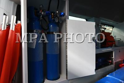 """2019 оны аравдугаар сарын 14. Нийслэлийн Засаг дарга бөгөөд Улаанбаатар хотын захирагч С.Амарсайхан өнөөдөр НЭМГ-ын харьяа Нийслэлийн түргэн тусламжийн төвд эмнэлгийн зориулалтаар иж бүрэн тоноглогдсон гурван автомашиныг хүлээлгэн өглөө.        Эмнэлгийн тусламж, үйлчилгээний чанар, хүртээмжийг сайжруулах, иргэдэд цаг алдалгүй хүрч үйлчлэх боломжийг нэмэгдүүлэх үүднээс Нийслэлийн Засаг даргын А/219 тоот захирамжийн дагуу нийслэлийн төсвийн хөрөнгө оруулалтаар түргэн тусламжийн эдгээр автомашиныг хүлээлгэн өгч, парк шинэчлэлт хийж байна.   Тус арга хэмжээнд Нийслэлийн Эрүүл мэндийн газрын дарга Л.Төмөрбаатар, Нийслэлийн түргэн тусламжийн төвийн дарга Ц.Пүрэвдаш болон албаны бусад хүмүүс оролцсон юм.   Эмнэлгийн тусламж, үйлчилгээний зориулалт бүхий иж бүрэн тоноглогдсон """"Форд"""" загварын автомашиныг мөн Налайх, Багануур дүүргийн эрүүл мэндийн төвд тус бүр нэгийг хүлээлгэн өгчээ.   Нийслэлийн Засаг дарга бөгөөд Улаанбаатар хотын захирагч С.Амарсайхан энэ үеэр """"Яаралтай түргэн тусламжийг иргэдэд цаг алдалгүй үзүүлэхэд эмнэлгийн зориулалтаар иж бүрэн тоноглогдсон эдгээр автомашин зайлшгүй хэрэгтэй юм. Нийслэлийн эдийн засаг, нийгмийг 2020 онд хөгжүүлэх үндсэн чиглэлд эмнэлгийн тусламж, үйлчилгээний чанар, хүртээмжийг нэмэгдүүлэх хүрээнд парк шинэчлэлийг 50-60 хувь хүртэл хийхээр тусгасан байгаа. Тиймээс эрүүл мэндийн байгууллагуудын парк шинэчлэлийн асуудалд анхаарч ажиллана"""" гэсэн юм. Хүйтний улирал эхэлж байгаатай холбогдуулан томуу, томуу төст өвчний дэгдэлт, осол гэмтэл, баяр ёслолын өдрүүдэд гарах хордлого, халдварт өвчин зэргээс үүдэн яаралтай түргэн тусламжийн төвийн дуудлага эрс нэмэгддэг билээ.        Харин эдгээр автомашиныг хүлээлгэн өгснөөр эмнэлгийн тусламж, үйлчилгээг иргэдэд цаг алдалгүй хүргэх төдийгүй эрүүл мэндийн байгууллагад ашиглалтын хугацаа дууссан, нэмэлтээр шаардлагатай байгаа автомашины хэрэгцээ, шаардлагыг хангасан томоохон хөрөнгө оруулалт болж байгаа юм. ГЭРЭЛ ЗУРГИЙГ Б.БЯМБА-ОЧИР/MPA"""