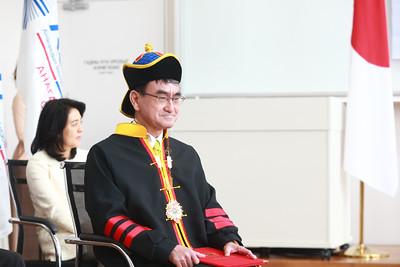 2019 оны зургаадугаар сарын 16. Монгол Улсын Гадаад харилцааны сайд Д.Цогтбаатарын урилгаар Япон Улсын Гадаад хэргийн сайд Т.Коно 2019 оны 6 дугаар сарын 15-17-ны өдрүүдэд Монгол Улсад албан ёсны айлчлал хийж байна.  Айлчлалын үер Монгол-Япон сургалтын эмнэлгийн нээлт ёслол төгөлдөр боллоо. Эмнэлгийн нээлтэд Монгол Улсын Ерөнхий сайд У.Хүрэлсүх, Эрүүл мэндийн сайд Д.Сарангэрэл болон Япон улсын Гадаад хэргийн сайд, ноён Коно Таро, хүндэт зочид төлөөлөгчид, Анагаахын шинжлэх ухааны их сургуулийн эрхэм хүндэт эрдэмтэн багш нар, доктор, профессорууд, үе үеийн төгсөгчдийн төлөөлөл, оюутан залуус уригдан оролцов.  Энэхүү эмнэлэг нь АШУҮИС-ийн харьяа эмнэлэг болж байгаагаараа ихээхэн онцлогтой юм. Тодруулбал, эрүүл мэндийн салбарт ажиллаж буй мэргэжилтнүүдийн 90 гаруй хувийг бэлтгэн гаргасан, Анагаахын Шинжлэх Ухааны Үндэсний Их Сургуулийн эмнэлэг болов.  Монгол улсын Засгийн газраас их сургуулийн эмнэлэг барих, ашиглалтад оруулахад буцалтгүй тусламж үзүүлэх хүсэлтийг Японы Засгийн газарт хүргүүлж байсан нь өнөөдөр ийнхүү биелэв.  АШУҮИС-ийн энэ эмнэлэгт мэс засал, дотор, хүүхэд, эмэгтэйчүүд болон сэхээн амьдруулах, яаралтай тусламж зэрэг нийт 17 чиглэлийн төрөлжсөн эрүүл мэндийн тусламж үйлчилгээг үзүүлнэ.  Мөн түүнчлэн Япон улсын буцалтгүй тусламжаар 360 гаруй нэр төрлийн тоног төхөөрөмж нийлүүлж байгаагийн дотор хамгийн сүүлийн үеийн өндөр хүчин чадал бүхий MRI, КТ зэрэг дүрс оношилгооны тоног төхөөрөмж, судсан дотуурх оношилгооны иж бүрдэл, лабораторийн бүрэн автомат анализатор болон бусад тоног төхөөрөмжтэй орчин үеийн шинэ техник технологи бүхий дэлхийн жишигт нийцсэн эмнэлэг болж байгаа юм.  Уг сургалтын эмнэлэгт БЗД-ийн зарим хорооны иргэд эмнэлгийн тусламж үйлчилгээг, улсын хэмжээнд төрөлжсөн нарийн мэргэжлийн эмчийн тусламж, үйлчилгээг авах бүрэн боломжтой болж байгаа юм. Монгол, Япон хоёр улсын найрсаг харилцаа, хамтын ажиллагааны бэлэг тэмдэг болж байгаа энэхүү эмнэлэг Япон улсын засгийн газрын буцалтгүй тусламжаар сүндэрлэн бослоо. Япон-Монголын Их сургуулийн 