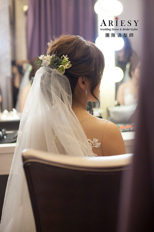 白紗造型,編髮新娘造型,鮮花花藝頭飾,自然妝感,白紗進場髮型,戶外證婚儀式
