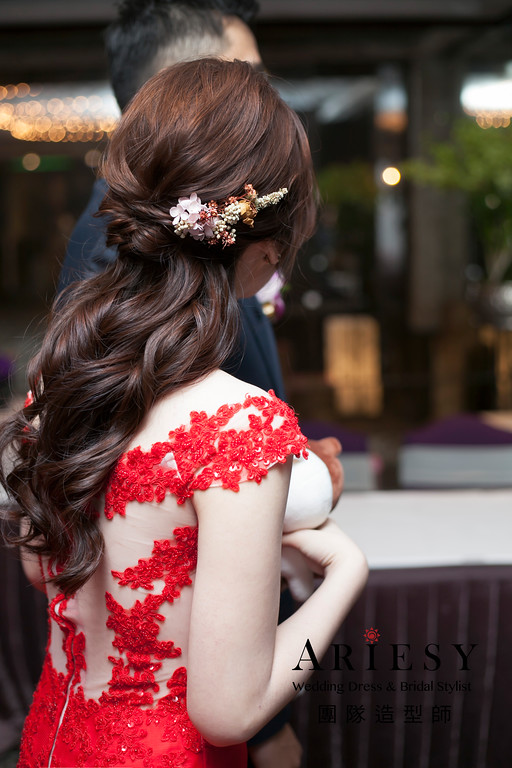 新祕推薦,敬酒造型,紅色禮服造型,蓬鬆編髮,花藝飾品