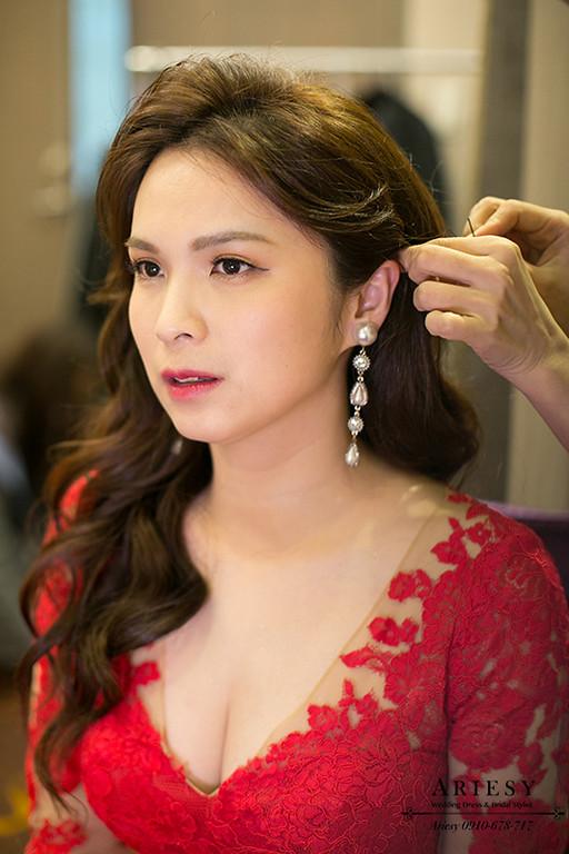 新娘秘書,台北新秘,清透自然妝感,歐美新娘造型,紅色禮服造型,大波浪髮型