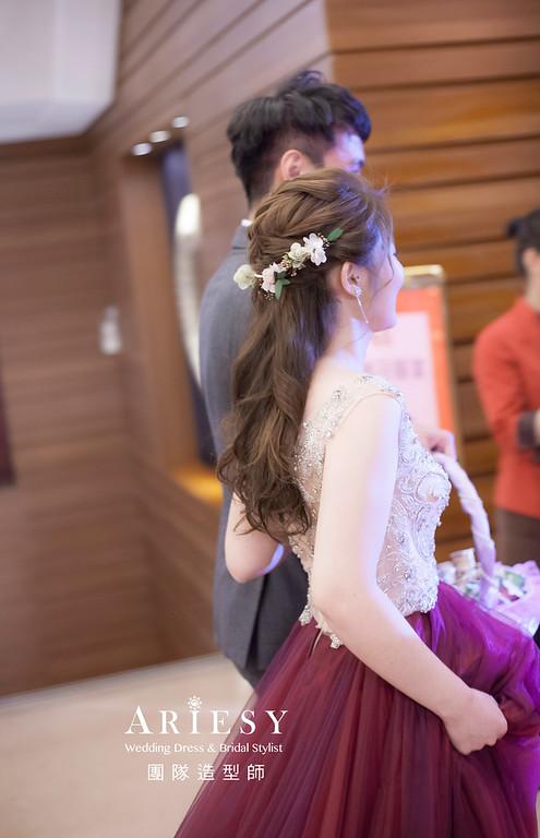 台北新祕,新娘秘書,新娘造型,自然輕透妝感,蓬鬆編髮,花藝飾品,新娘髮型,細軟髮質
