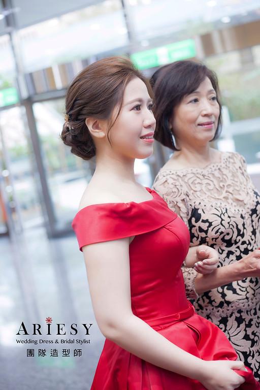 台北新祕,新娘秘書,新娘造型,自然清透妝感,蓬鬆編髮,花藝飾品,新娘髮型,文定造型
