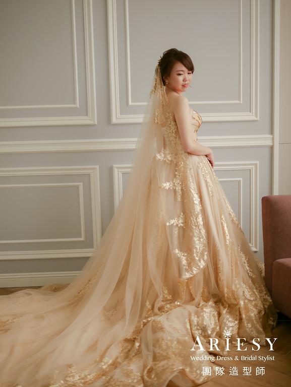 白紗進場髮型,蓬鬆盤髮,金色禮服造型,金色頭紗,新秘花藝