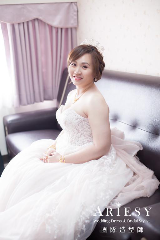 類白紗進場髮型,粉紅色禮服,新娘編髮造型,皇冠新娘造型,新娘自然妝