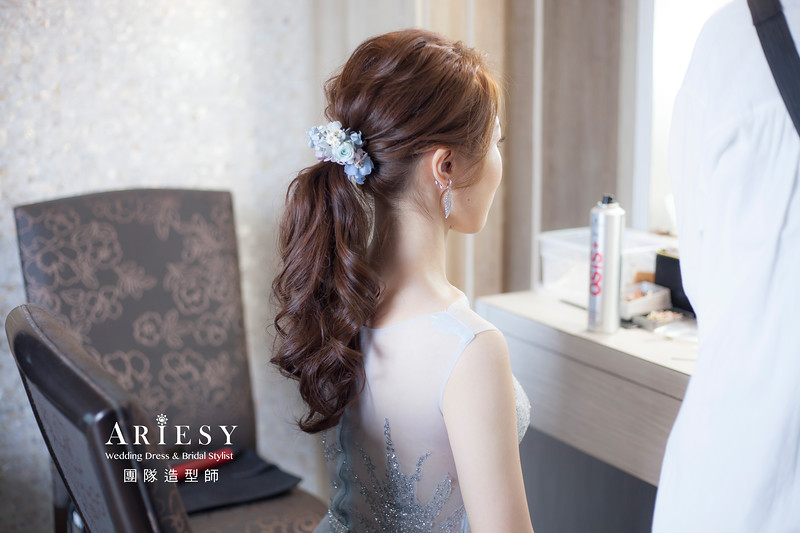 台北新祕,新娘秘書,新娘造型,自然清透妝感,蓬鬆編髮,花藝飾品,新娘髮型