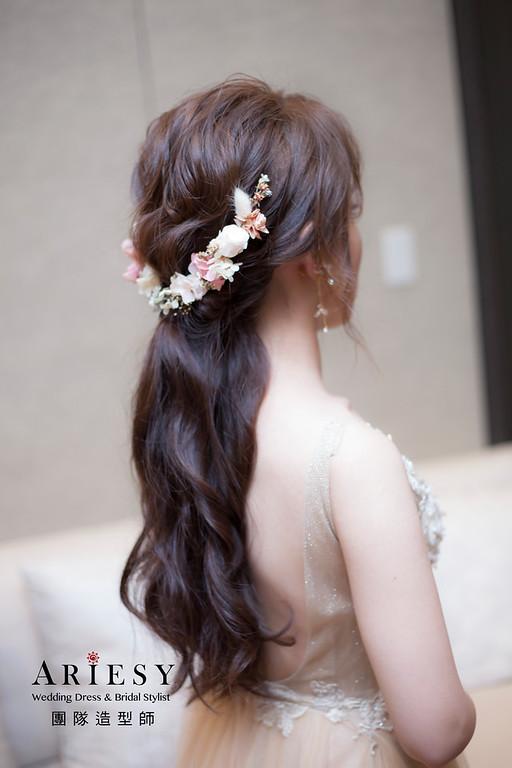 台北新祕,新娘秘書,新娘造型,自然清透妝感,蓬鬆編髮,馬尾造型,新娘髮型,花藝造型飾品