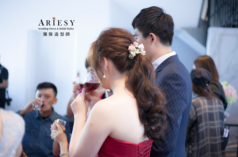 敬酒造型,蓬鬆編髮造型,花藝新祕,新娘造型,低馬尾造型,花藝飾品