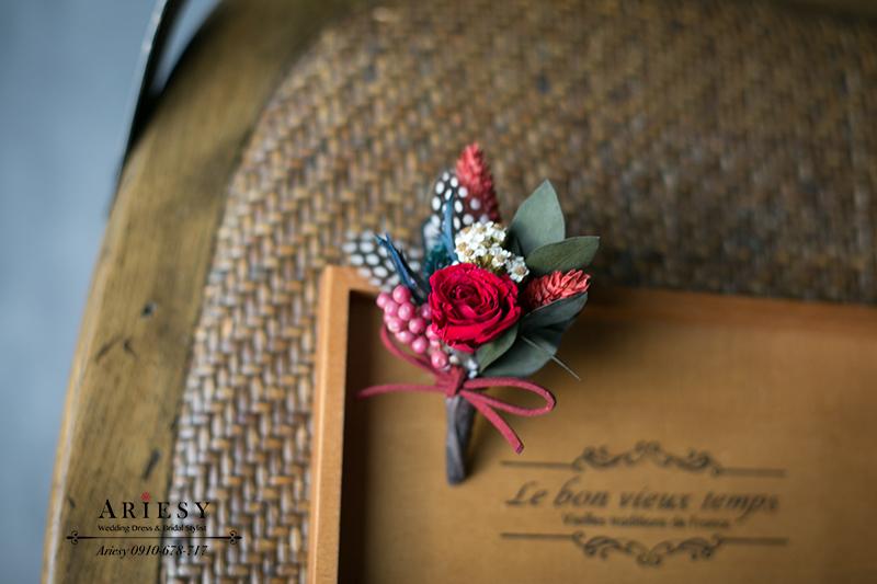 美式婚禮胸花,紅色胸花,主婚人胸花,永生花胸花,不凋花胸花,羽毛胸花