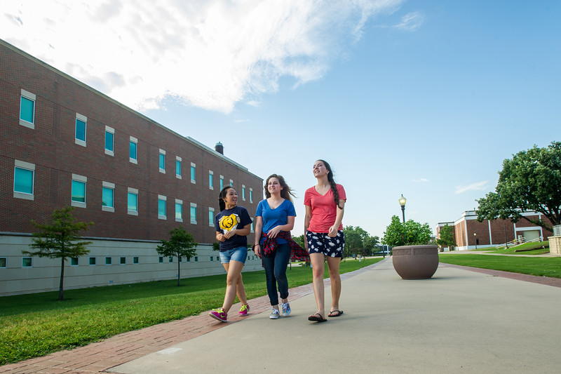 16541-Students on campus-6023