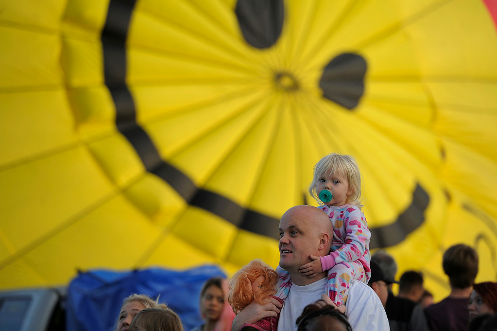 . Demarest McCloskey 2 years old sits her dads shoulders, Joe McCloskey as hundreds of balloon enthusiasts gather to watch the launch of The 2014 Colorado Balloon Classic. (Photo by John Leyba/The Denver Post)