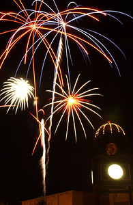 slug::..Fireworks, -7.4.06- Fireworks burst in the sky above the town square during the Fourth-of-July fireworks show Tuesday evening. Joel Rosenbaum photo