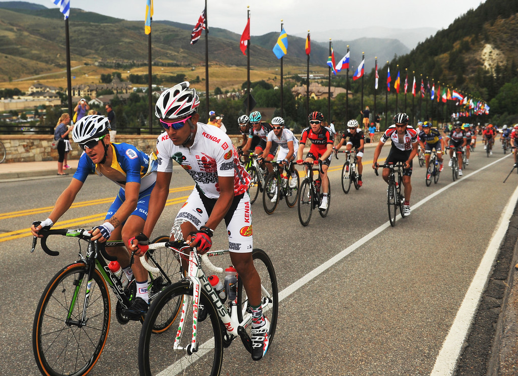 . The pack starts climbing the last hill during the 103.7-mile fourth stage of 2013 USA Pro Challenge race from Steamboat Springs to Beaver Creek, Colorado. August 22, 2013. (Photo by Hyoung Chang/The Denver Post)