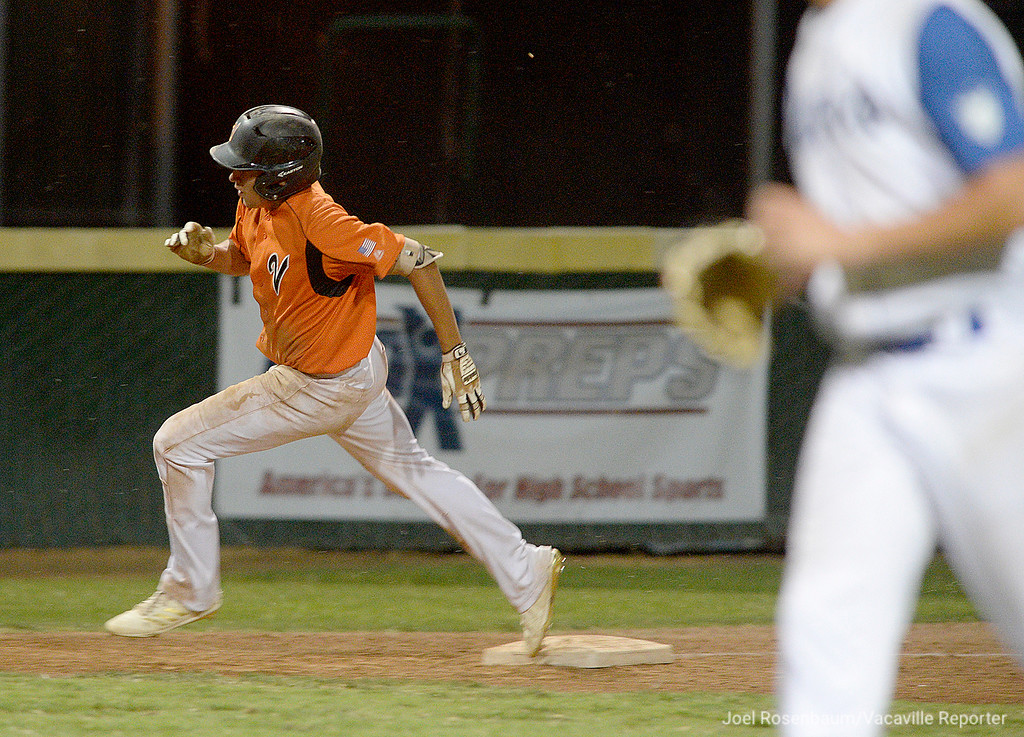 . Vacaville\'s Noah McCoy round third base toward home to score the Bulldogs first round of the game in the bottom of the second inning