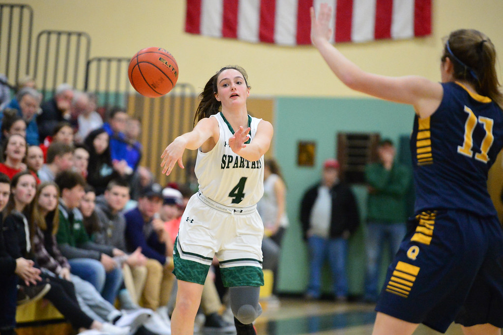 . 11819 OAKMONT-  Oakmont junior Audrey Dolan (4) passes the ball to the outside in Friday\'s game at home against Quabbin.  SENTINEL & ENTERPRISE JEFF PORTER