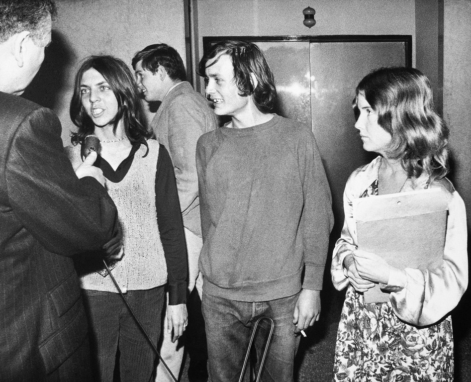 ". Three followers of Charles Manson talk to a radio newsman in the Los Angeles Hall of Justice, Dec. 30, 1970. At right is Sandra Good, who first began vigil outside the building weeks ago. Other two are unidentified. Many members of the Manson ""family\"" hang around the outside and interior of the building where Manson and three women co-defendants are on trial. (AP Photo/David F. Smith)"