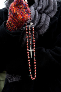 Hang Nguyen of Santa Clara holds a cross and prays in protest against abortion in front of the Planned Parenthood Health Center in Mountain View, Calif., on Thursday., Feb.6, 2014.   (LiPo Ching/Bay Area News Group)
