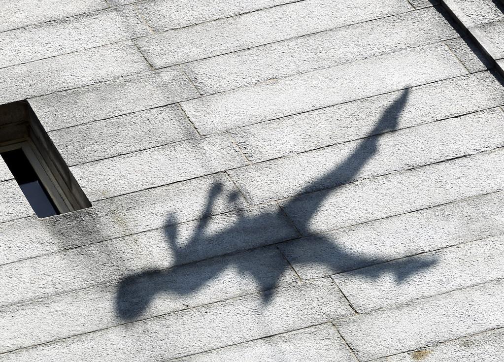 . Meghan Mullin with the BANDALOOP company performs an aerial dance on UC Berkeley�s Jane K. Sather Campanile in Berkeley, Calif., Saturday, April 18, 2015. (Anda Chu/Bay Area News Group)
