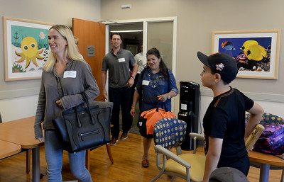Buster Posey visits pediatric cancer patients at hospital
