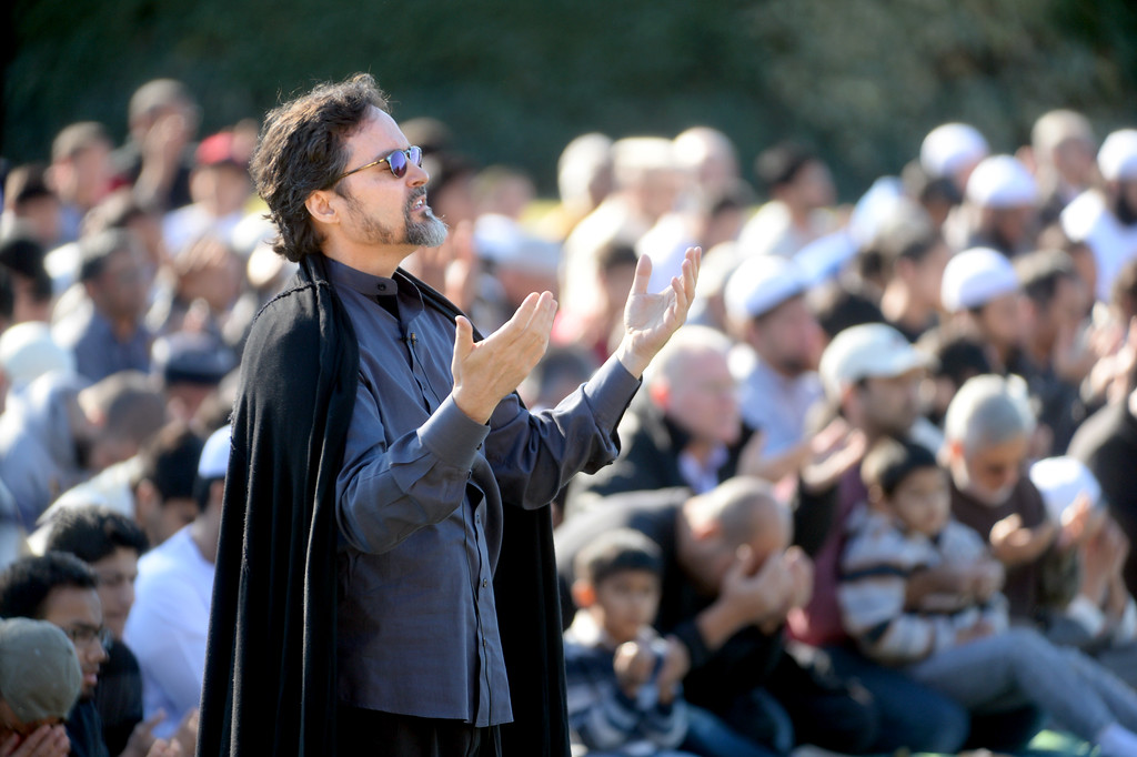 ". Sheikh Hamza Yusuf, with Berkeley\'s Zaytuna College, asks people to pray for rain during the conclusion of his sermon at the Alameda County Fairgrounds in Pleasanton, Calif., on Saturday, Feb. 1, 2014. Because of California\'s on going drought a large group from the Muslim community attended a ""Salatul Istisqa\"" a prayer for rain held by the San Francisco Bay Area chapter of the Council on American-Islamic Relations. Imam Zaid Shakir, co-founder of Zaytuna College was also one of the event\'s organizers. (Doug Duran/Bay Area News Group)"
