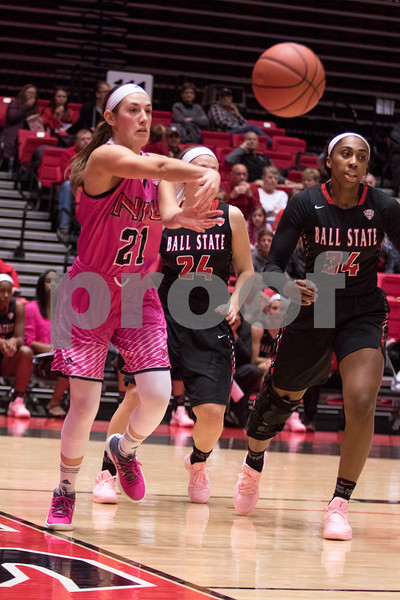 Sam Buckner for Shaw Media.<br /> Mikayla Voigt passes the ball along the baseline on Saturday February 17, 2018.