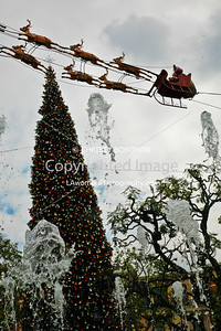 Water jumping up to Santa Claus at the Grove