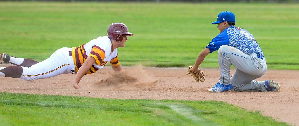 . Wilson\'s Arty Zambrano (21) is picked off at second base as plays San Dimas second baseman Jalen Guzman (2) applies the tag in their Valle Vista league baseball game at Wilson High School in Hacienda Heights on Tuesday April 18, 2017. (Photo by Keith Durflinger/Whittier Daily News/SCNG)