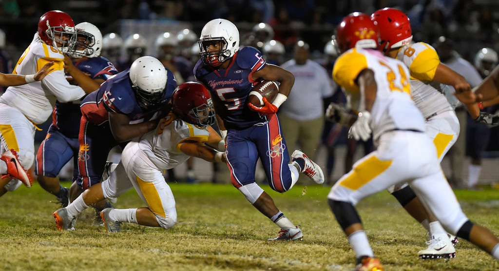 . Leuzinger\'s Elijah Myles finds a hole for a 19-yard touchdown in Lawndale, CA on Friday, September 22, 2017. (Photo by Scott Varley, Daily Breeze/SCNG)