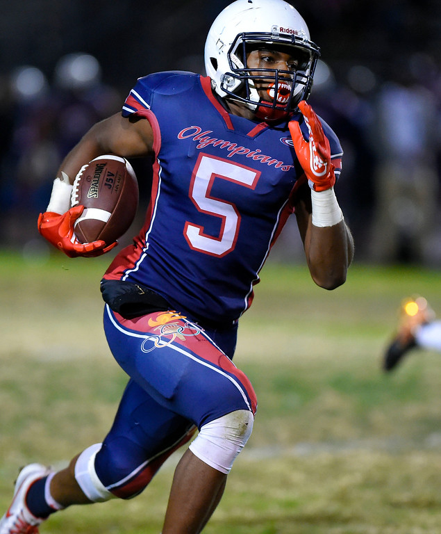 . Leuzinger\'s Elijah Myles runs the ball 49 yards for a touchdown in Lawndale, CA on Friday, September 22, 2017. (Photo by Scott Varley, Daily Breeze/SCNG)