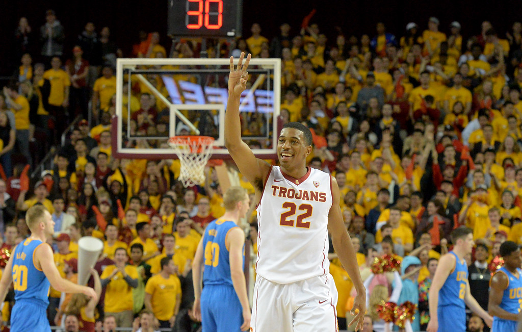 . USC�sDe\'Anthony Melton(22) holds up 3 after a teammate hit a 3 point shoot against UCLA men\'s basketball rivalry showdown in Los Angeles Wednesday, January 25, 2017. (Photo by Thomas R. Cordova, Daily News/SCNG)