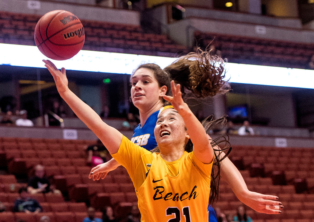 . Long Beach State guard Anna Kim, right, scores past UC Santa Barbara forward Drew Edelman the Big West Women\'s Tournament final in Anaheim on Saturday, March 11, 2017. (Photo by Paul Rodriguez, Orange County Register/SCNG)