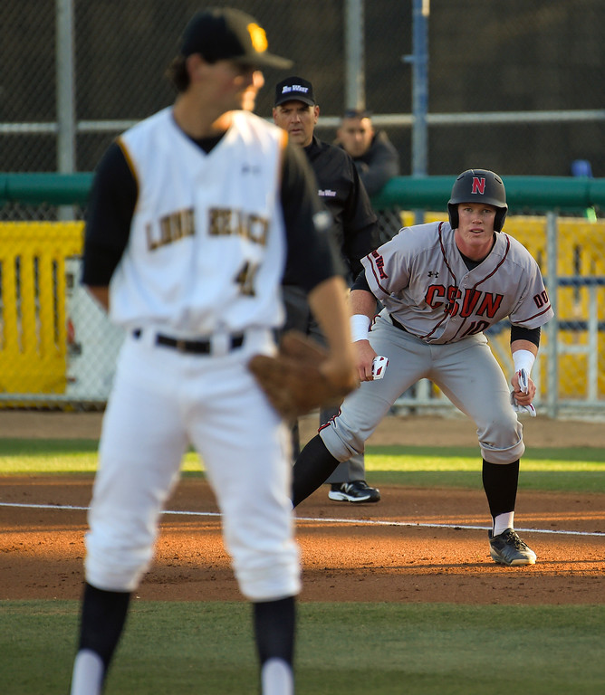 . LBSU pitcher John Sheaks keeps an eye on CSUN base runner Albee Weiss in Long Beach on Friday, April 14, 2017. LBSU vs CSU Northridge baseball. (Photo by Scott Varley, Press-Telegram/SCNG)